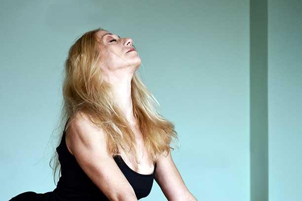 Προσιτές Συνδρομές για Online Μαθήματα Yoga & Pilates στο σπίτι και στην αίθουσα.